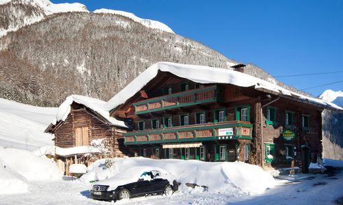 Altes Holzhaus im Winter